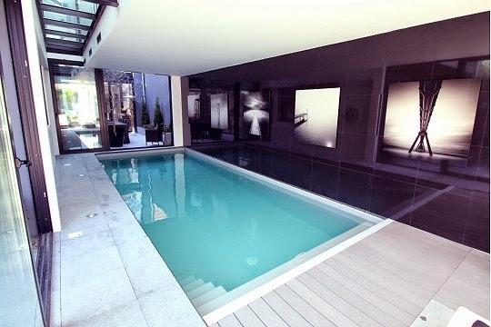 Piscina interior moderna