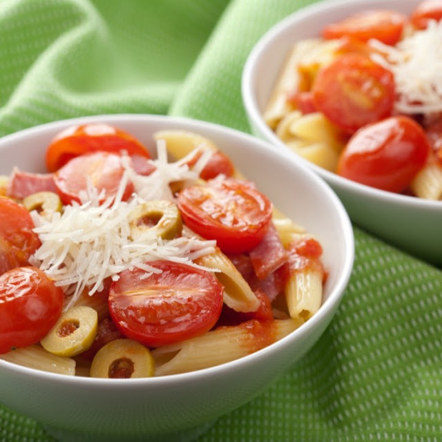 طريقة عمل مكرونة بالجبن والدجاج والطماطم المشوية
