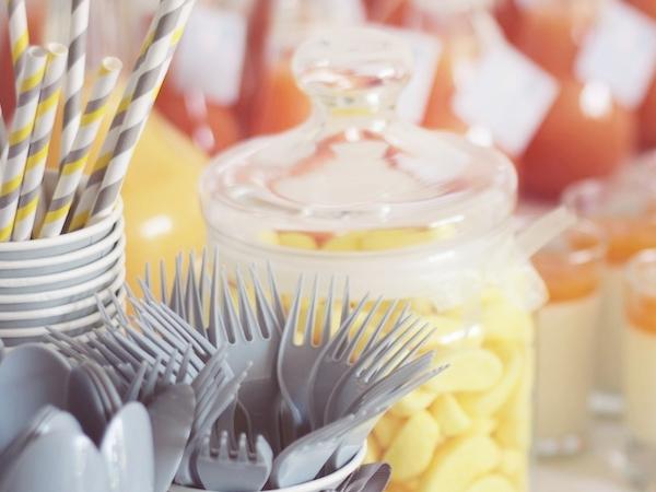 pailles rayure jaune et gris, couverts gris et pot de bonbons jaunes