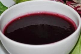 Uogų ir vyno padažas desertams
