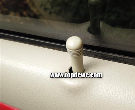 Cara membuka pintu mobil yang terkunci dari dalam