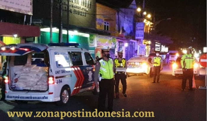 Minta Warga Patuh Aturan PPKM, Mobil Operasional Polisi Keliling Angkut Sembako