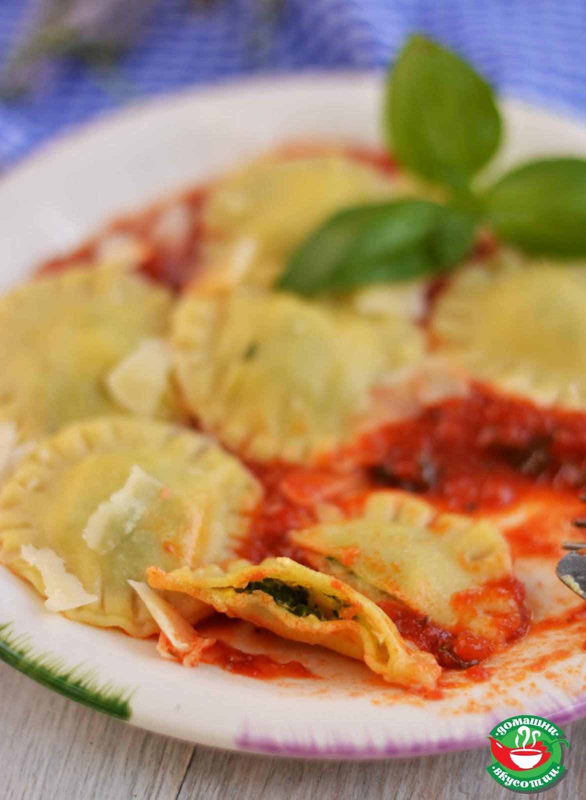 нарязани равиоли с моцарела и босилек поднесени с доматен сос стрък босилек