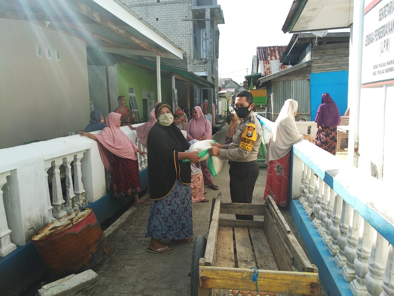 Polsek Pulau Sembilan Polres Sinjai Desa Pulau Harapan, Brigpol Jamaluddin memantau kegiatan pembagian Bantuan Pangan Non Tunai (BPNT)