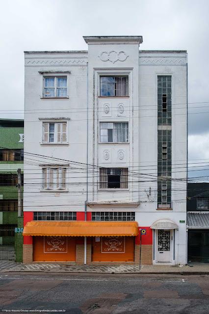 Um pequeno edifício na Saldanha Marinho - vista da fachada