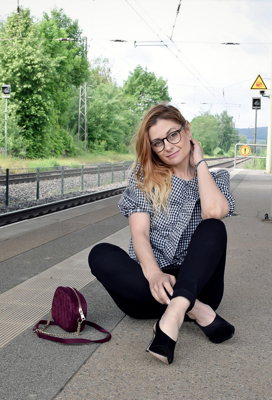 kurzärmliger Sommerbluse für Frauen in schwarz-weiß, Modetipps für Frauen über 40