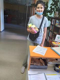 Мальчик выбрал книги по программе бібліотека-філія №4 М.Дніпро