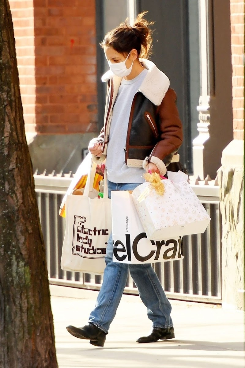 Katie Holmes Clicked With Shopping Bags in New York 23 Dec-2020