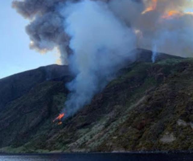 """+فيديو مباشر : إنفجار هائل ل بركان """"سترومبولي"""" جنوب إيطاليا، واندلاع حرائق ، والسلطات تحاول إجلاء السياح من المنطقة"""