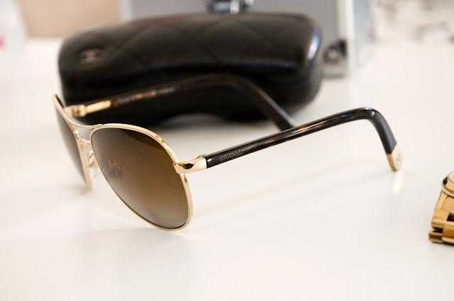 logo Chanel na okularach przeciwsłonecznych