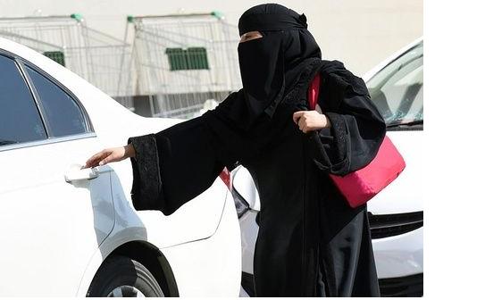 سائق باكستاني يتزوّج كفيلته السعودية.. ويطالب بملايين الريالات من ثروتها! بعد ان عمل لديها سائقاً!