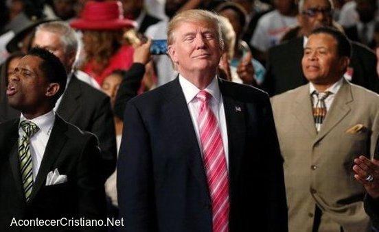 Donald Trump participando en iglesia afroamericana