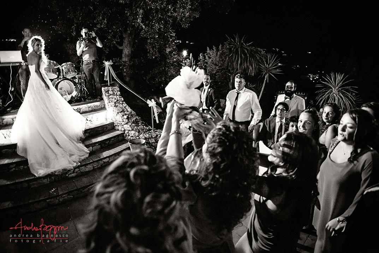 lancio del bouquet sposa Paradiso di Manu Noli