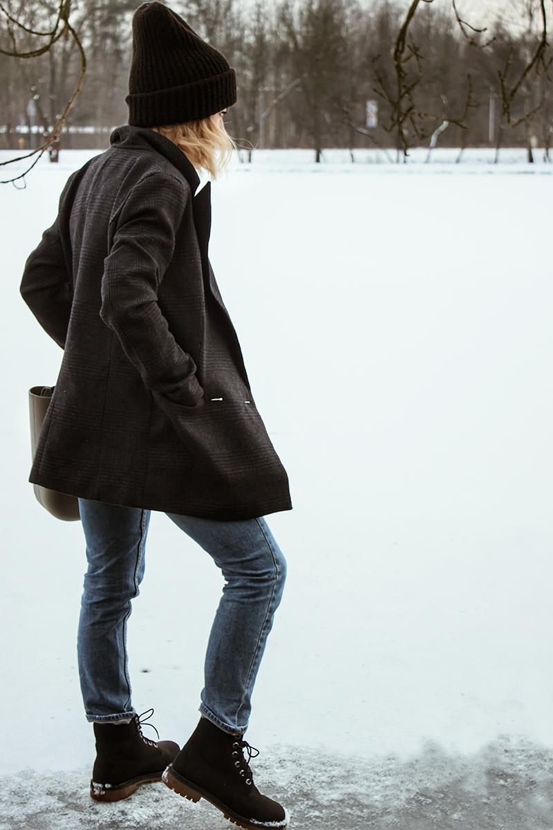 44fecc05 marynarka / jacket - tutaj / here spodnie / jeans - h&m czapka / beanie -  stradivarius buty / boots - timberland torebka / bag - o bag (kolor skała)