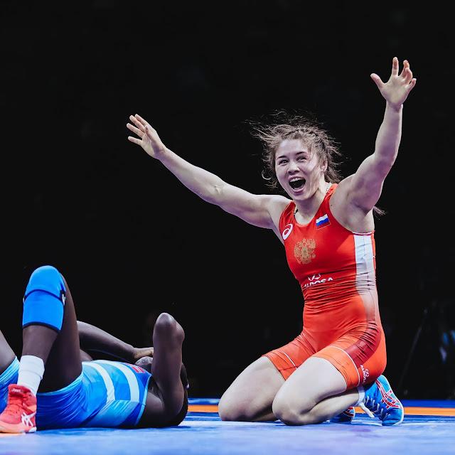 Russa Chumikova comemorando vaga olímpica no wrestling