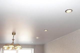 Натяжной потолок с люстрой