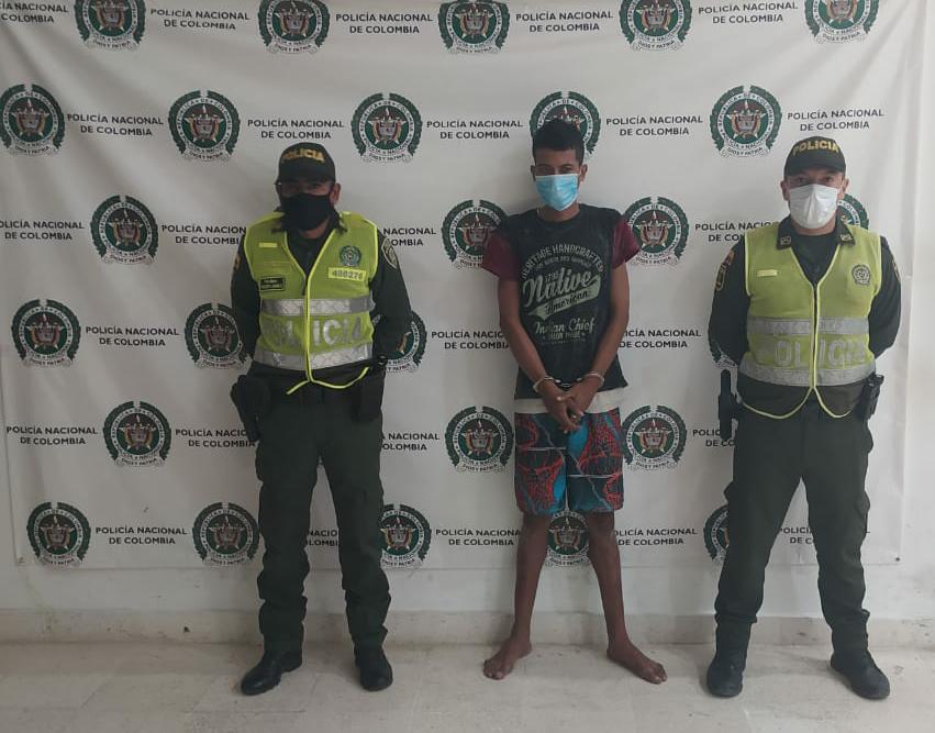 https://www.notasrosas.com/Capturan en Riohacha a sujeto por hurto y lesiones personales, cuando huía hacia el mar