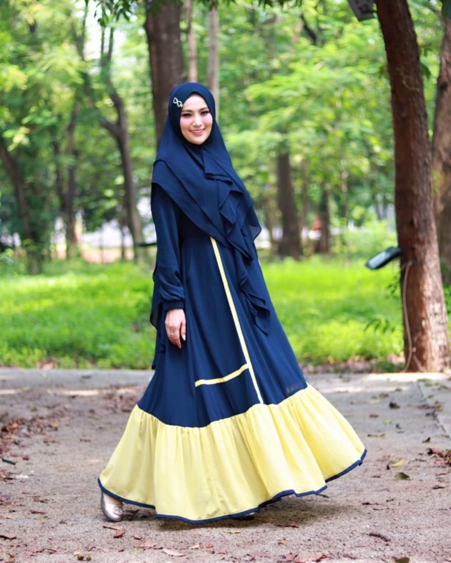 Cewek hijab mansi pakai Baju Gamis Syar'I berwarna biru