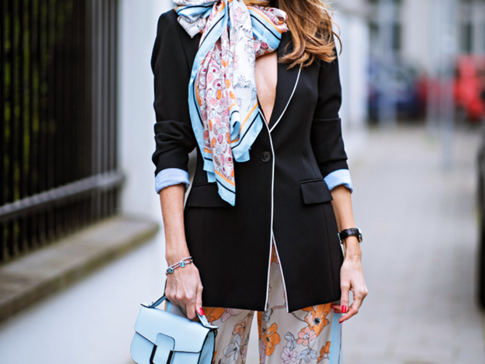 Alexandra Lapp im floralen Marc Cain-Outfit