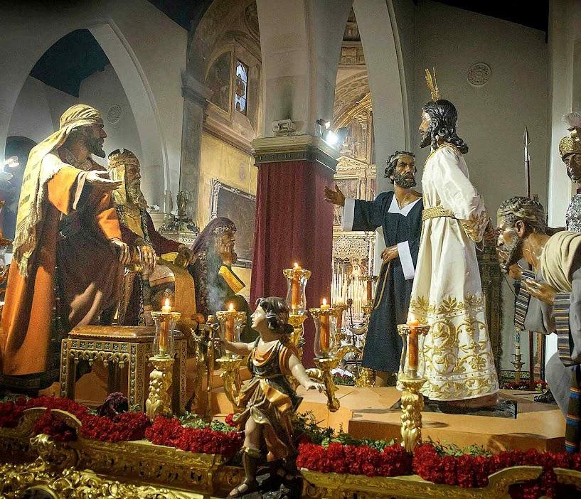 Jesus esbofeteado ante Anás por membros do Sinédrio. Irmandade do Doce Nome, Semana Santa, Sevilha.  O Sinédrio deveria ter se rejubilado com o Messias prometido, mas estava infiltrado e corrompido por dentro. Por isso, manobrou para matá-lo.