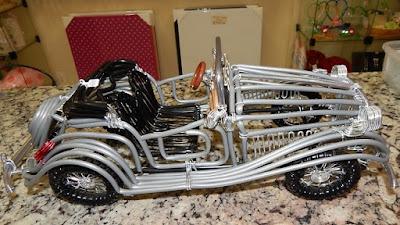 Cabos telefônicos, fios encapados e arame de alumínio: o trabalho artesanal de Lauro.