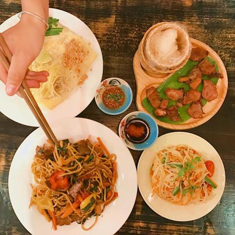 Đúng như tên gọi, Gõ Thai Noodles phục vụ bạn nhiều món mì, miến... hấp dẫn. Bạn có thể thoải mái lựa chọn sợi mì và nguyên liệu chính ăn cùng theo đúng sở thích.
