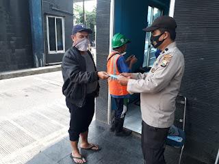 Unit Binmas Polsek Soeta bagikan Masker ke Buruh Pelabuhan Makassar