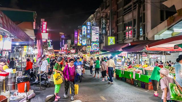 Nếu như đã chuẩn bị sẵn sàng thì chào mừng các bạn đã đến với food tour ẩm thực chợ đêm RuiFeng. Cùng nhau hòa mình vào dòng người tấp nập, thưởng thức mĩ vị ẩm thực chợ đêm. Đồ ăn ngập mặt và niềm vui bất tận với mức giá chỉ 300k.