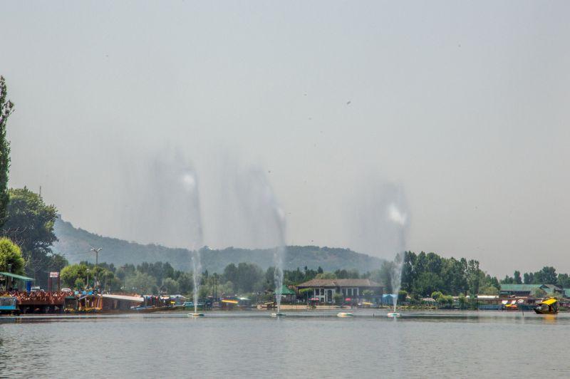 Beautiful fountains in Dal Lake