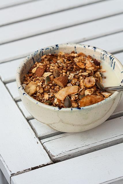 Domaća granola sa heljdom i urmama, poslužena uz jogurt