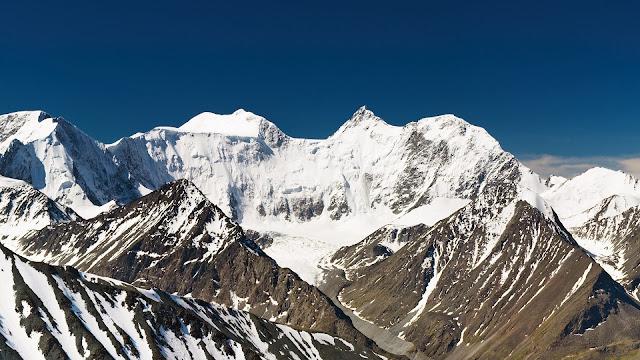 Hoge bergen met sneeuw