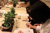Cafeでのワークショップで山野草の盆栽を眺めながら作り方を聞いている生徒さん