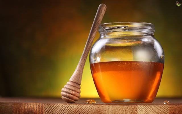 العسل واحد من أفضل الطرق لتطويل وتحسين صحة الشعر ويساعد أيضا في علاج العديد من مشاكل الشعر الأخرى.