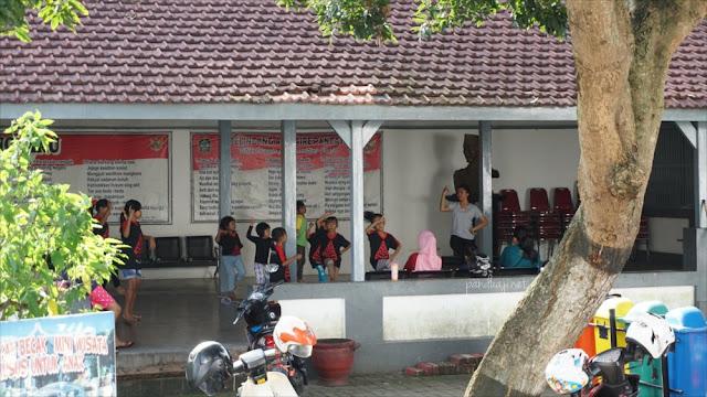 Latihan menari di Istana Gebang