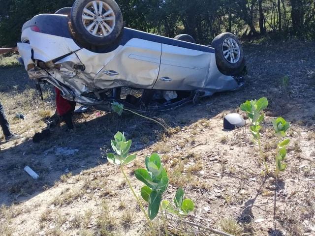 Motorista sai ileso após carro capotar entre as cidades de Malhada de Pedras e Guajeru na madrugada desta segunda-feira (23)