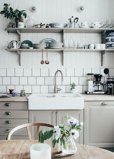 šedá kuchyňská linka