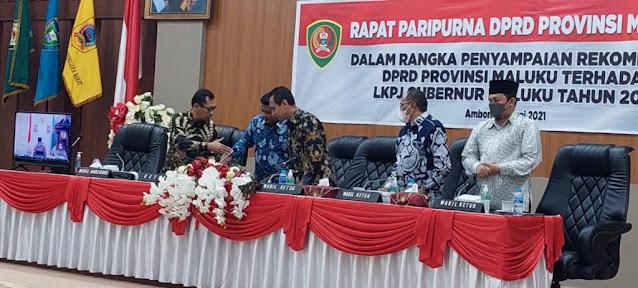 Melkianus Sairdekut Serahkan Hasil Rekomendasi LKPJ Gubernur Maluku ke Barnabas Orno.lelemuku.com.jpg
