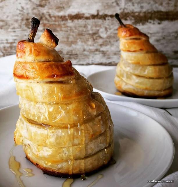 Peres dolces embolcallades amb pasta de full