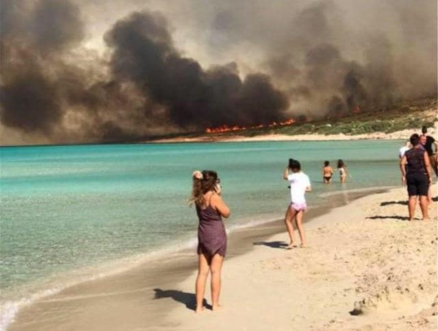 Υπό μερικό ελεγχο η φωτιά στην Ελαφόνησο - Φεύγουν μαζικά οι τουρίστες από το νησί