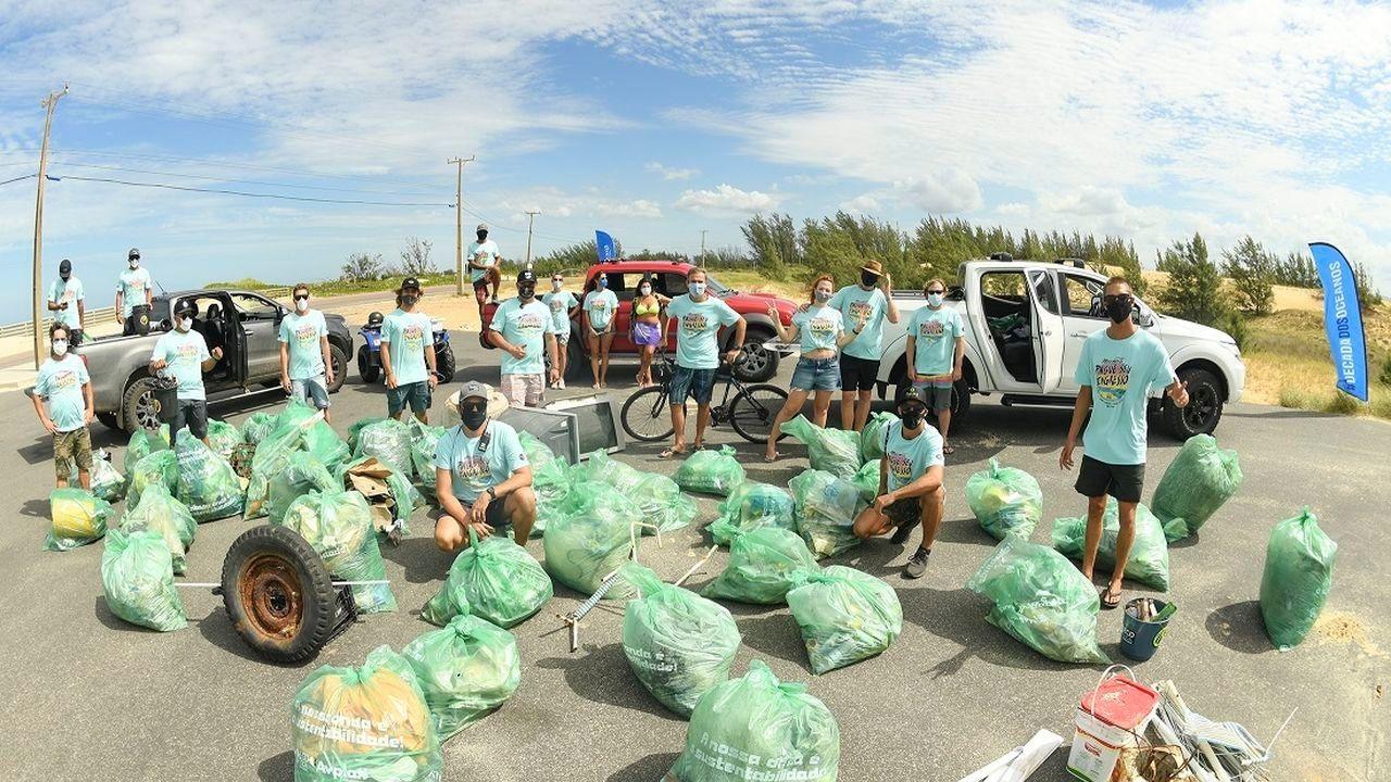Praia de Florianópolis recebe mutirão de limpeza 'Pague seu ingresso'