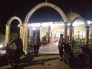 Kapolsek Malua Polres Enrekang Pimpin Langsung Pengamanan Pelaksanaan Sholat Tarawih
