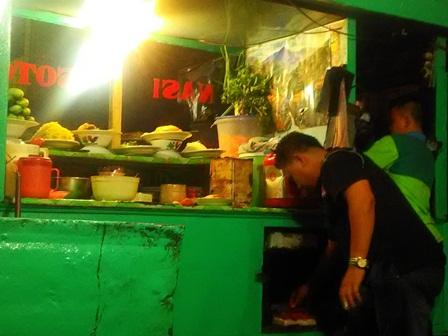 Seorang pedagang di Pasar Mambo Curup menyiapkan pesanan pembeli.