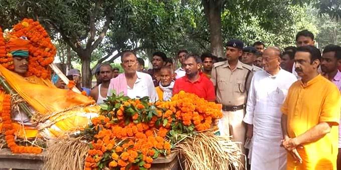 शहीद जवान कमलेश कुमार को श्रद्धांजलि देने पहुँचे डॉ सी पी ठाकुर