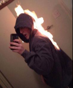 smešna selfi fotografija sa zapaljenom odećom