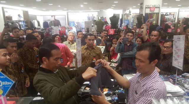 Tradisi Biru Jokowi, Mulai dari Payung Biru Pada Aksi Damai 2 Desember hingga Sandal Biru Diskon 70 persen