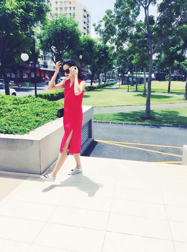 Xem mỹ nữ việt chọn giày Sneaker đế cao bắt cặp hoàn hảo cùng váy h27è