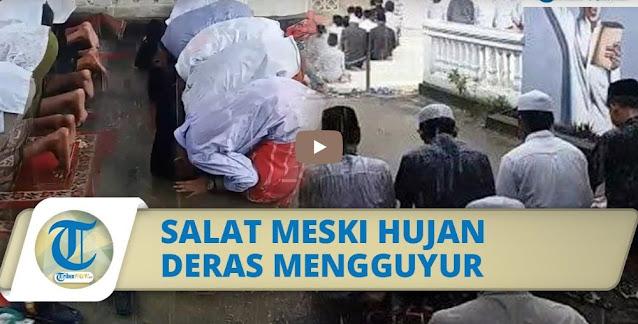 MASHA ALLAH, Viral Video Santri di Sumenep Laksanakan Salat Meski Hujan Deras Mengguyur, Sajadah Terendam Air