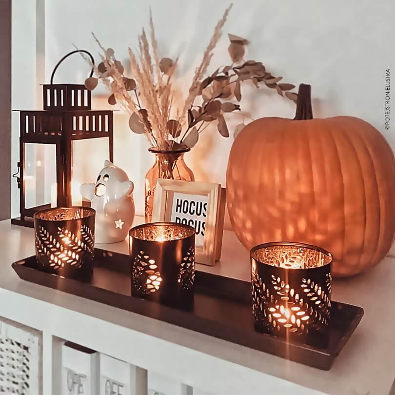 jesienne dekoracje z dynią i świecami