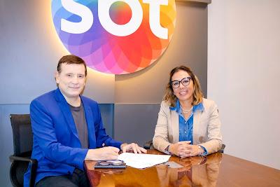 Cabrini assina contrato ao lado da advogada Dra. Marluce Cavalcante (Crédito: Beatriz Nadler/SBT)