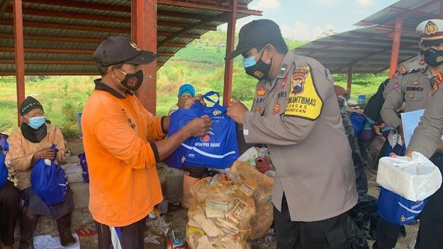 Polres Purbalingga Berikan Bantuan Para Pemulung di TPA Kalipancur